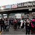 Guatemaltecos bloquean carreteras y exigen la renuncia del presidente y la fiscal