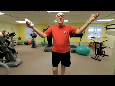 Adulto mayor en un gimnasio.