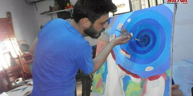 الفنان بشار صعب يوزع وقته بين الرسم وتعليمه في مرسمه بشهبا