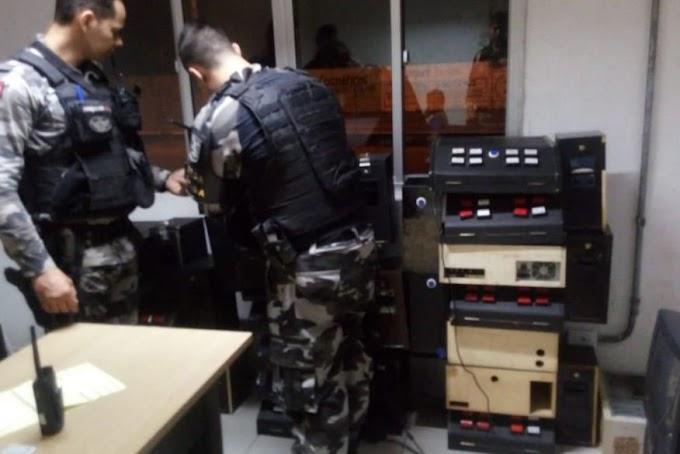 JOGO ILEGAL: Polícia apreende 21 máquinas caça-níqueis dentro de uma casa em João Pessoa.