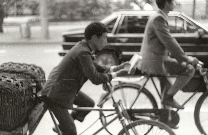Pékin, Beijing, cycliste bibliophage, © L. Gigout, 1990