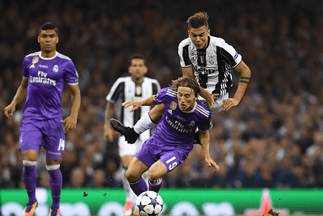 Paulo Dybala berduel dengan Luka Modric dalam laga Juventus vs Real Madrid final Liga Champions 2016-2017