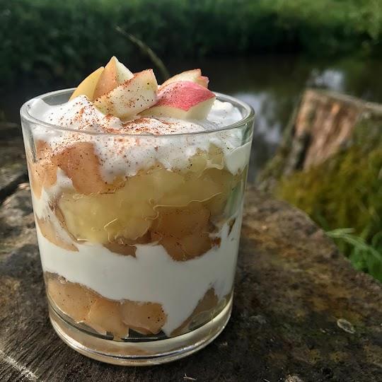 Jogurt z prażonymi jabłkami i cynamonem