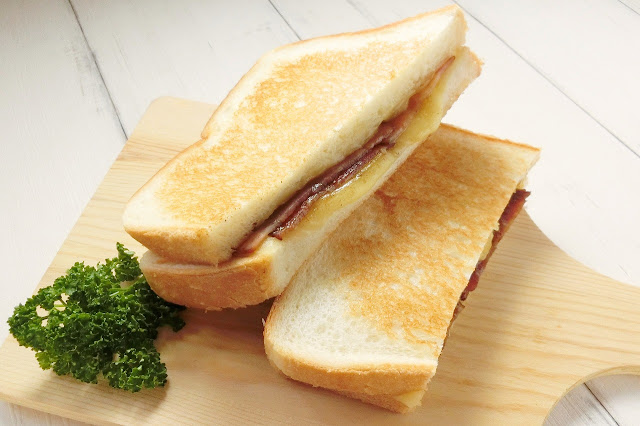 クロックムッシュのベーコンを禁断の黒コショウでステーキ味にする作り方/レシピ