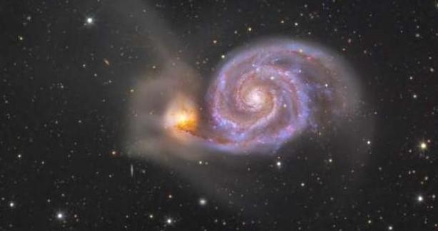 foto del espacio con la galaxia del remolino al fondo