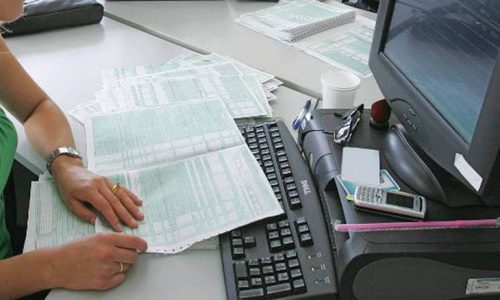 Τη μετάθεση της ημερομηνίας υποβολής των φορολογικών δηλώσεων μέχρι το τέλος Σεπτεμβρίου, παρέχοντας παράλληλα σε όλους τους υποβάλλοντες μέχρι την καταληκτική ημερομηνία το δικαίωμα της έκπτωσης με την εφάπαξ εξόφληση του φόρου, ζητά, με επιστολή του προς την ηγεσία του υπουργείου Οικονομικών, ο πρόεδρος του Οικονομικού Επιμελητηρίου Ελλάδος, Κωνσταντίνος Κόλλιας.