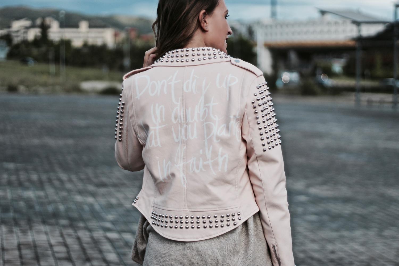 chaqueta con letras en la espalda