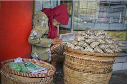 Jual Bawang Sambil Mengaji, Nenek Ini Bikin Haru Netizen