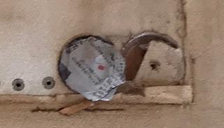 量販店の激安工事で8の字状に穴を抜かれた写真