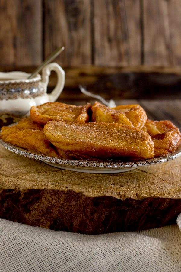 Torrijas tradicionales con azúcar y canela