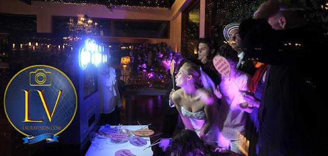 Novia hace gesto frente a una fotocabina en la fiesta