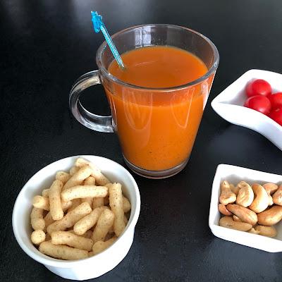 Verre de jus de carottes courgette et poivron à l'extracteur de jus