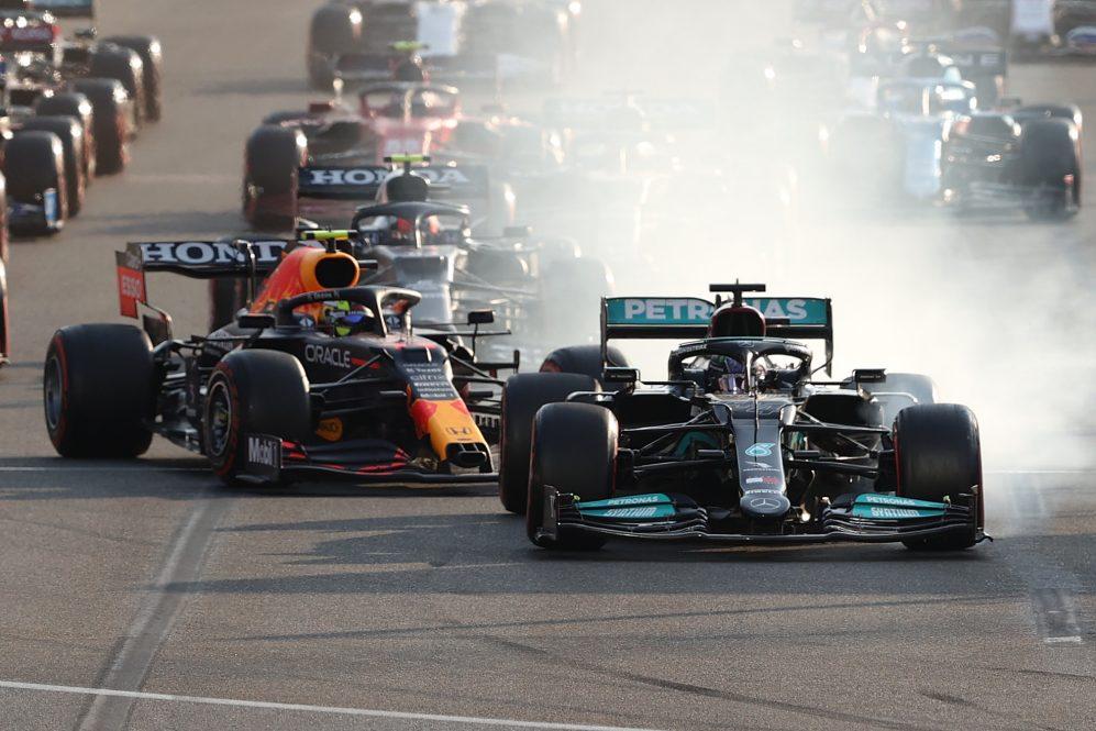 Uma imagem indelével da temporada de 2021 Hamilton aperta o botão 'freio mágico' em Baku ...
