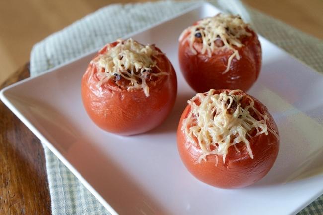 Tomates rellenos de setas y carne