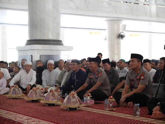 Bersama Jamaah Masjid Agung Syech Yusuf, Kapolres Gowa  Peringati Maulid Nabi