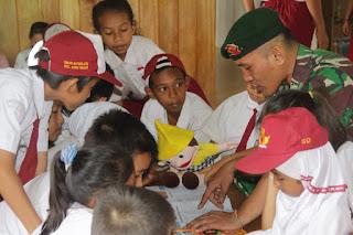 Bangkitkan Minat Baca Anak-Anak Di Perbatasan, Satgas Pamtas Yonif Raider 303/SSM Mengajar Dengan Cara Unik