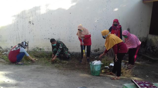 Babinsa Pelopori kegiatan Jumat Bersih TP PKK Desa Kuncen