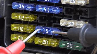 Pemeriksaan sekring bagian Sistem Kelistrikan