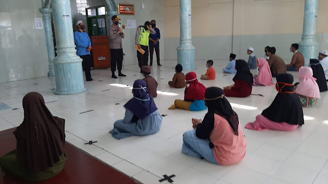 Jum'at Berkah Wakapolrestro Bekasi dan Kapolsek Babelan, santuni Yatim dan salurkan paket sembako bagi warga slum Area di Kelurahan Bahagia. Babelan