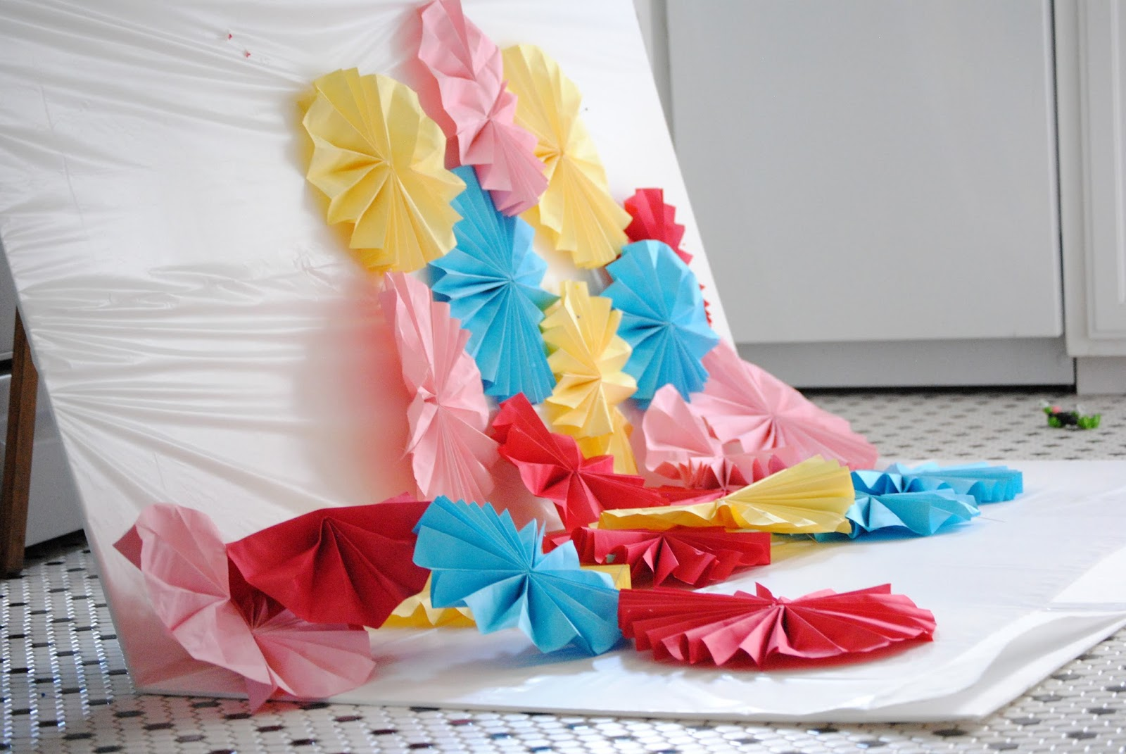 diy: make a paper fan photo backdrop