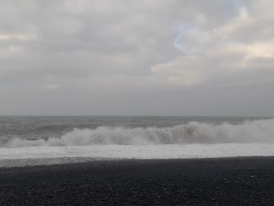 Aallot lyövät rantaan Islannin Víkissä