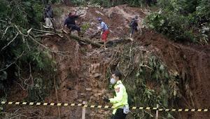 Longsor Puncak Gunung Mas Material Menutupi Badan Jalan,Jalur Puncak Di Tutup