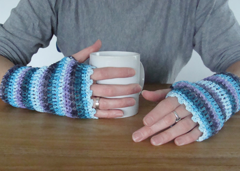 Crochet wrist warmers, easy crochet pattern | Happy in Red