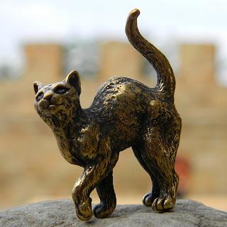 фигурка кошки с поднятой лапой бронзовая фигурка кошки купить