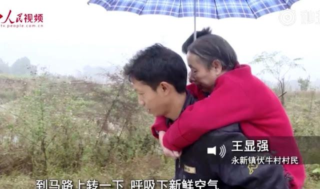 Молодой китаец 15 лет носил парализованную мать на спине!