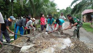 Babinsa Koramil 416-05/Muara Tebo dan Warga Swadaya Cor Jalan Desa Mangun Jayo