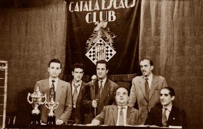 Reparto de premios de un torneo social del Català Escacs Club