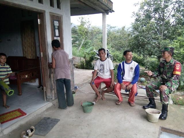 KodimKaranganyar - Wujud Kemanunggalan TNI Dengan Rakyat, Babinsa Sambagi Warga Binaannya