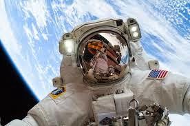 astronauta tomandose una selfie