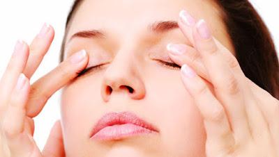 how-to-moisture-eye-lid-skin-care طرق بسيطة تخلصك من جفاف الجفون