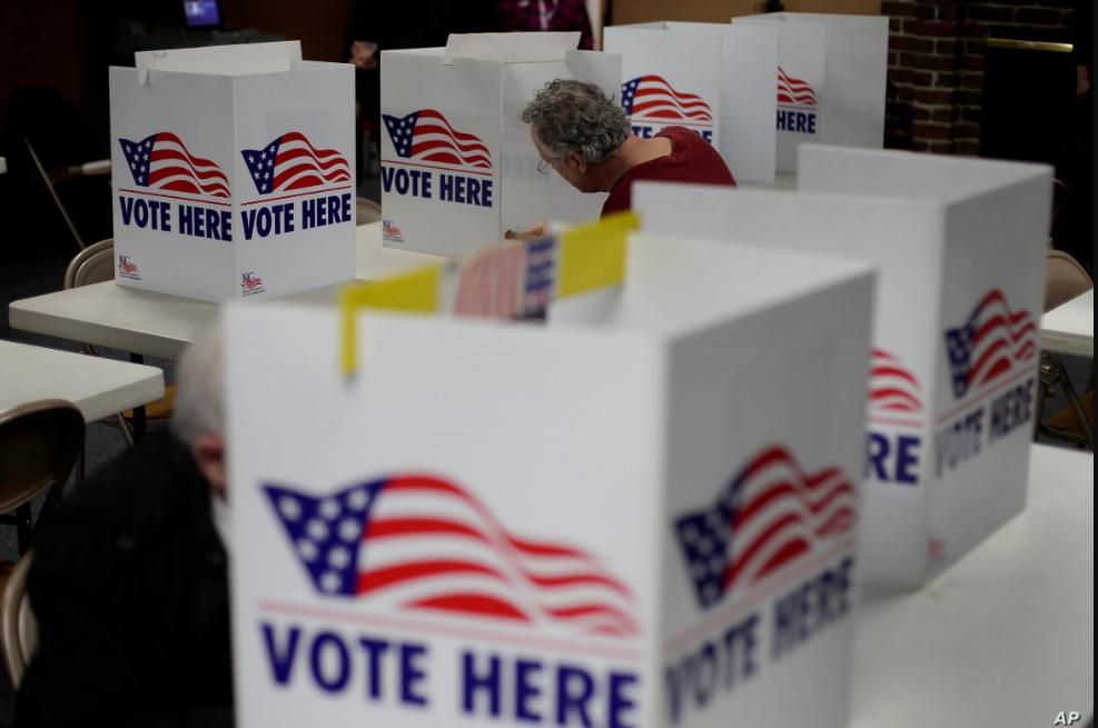 Las autoridades electorales de Estados Unidos debaten aún hasta qué punto los comicios del 3 de noviembre serán por correo o en centros de votación con protecciones para el coronavirus / AP
