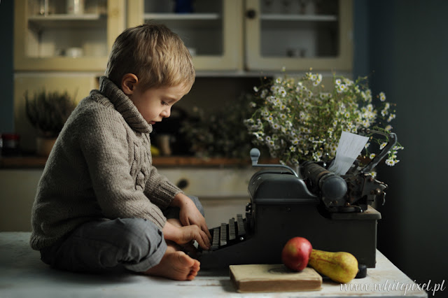 chłopiec w starym domu pokoju pisze na starej maszynie klimatyczna sesja fotografia w Lublinie