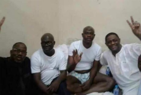 Reuben Abati,Femi Fani Kayode and Musiliu Obanikoro take picture in efcc cell