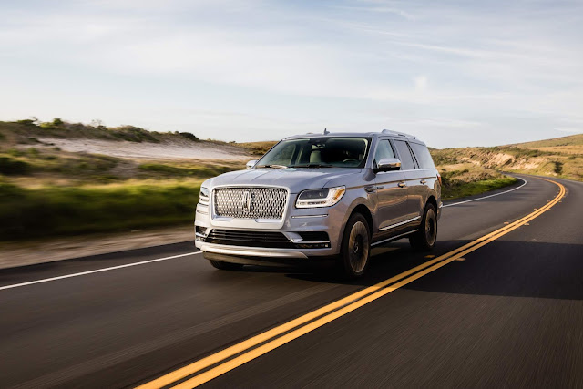 Front 3/4 view of 2018 Lincoln Navigator 4X4 Black Label