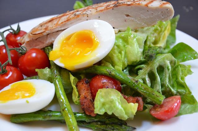 Caesar Salad met gekookt ei, kip en asperges