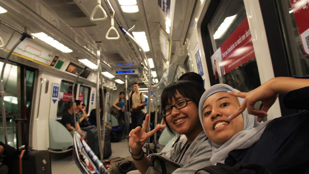 di MRT Singapura