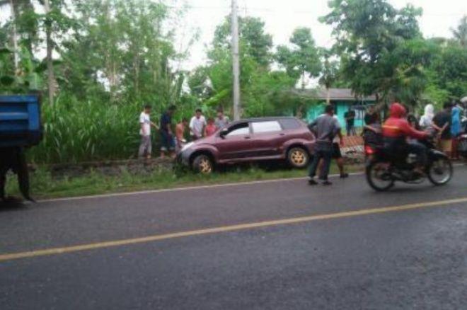Jalan Licin, Mobil di Bone Masuk Selokan