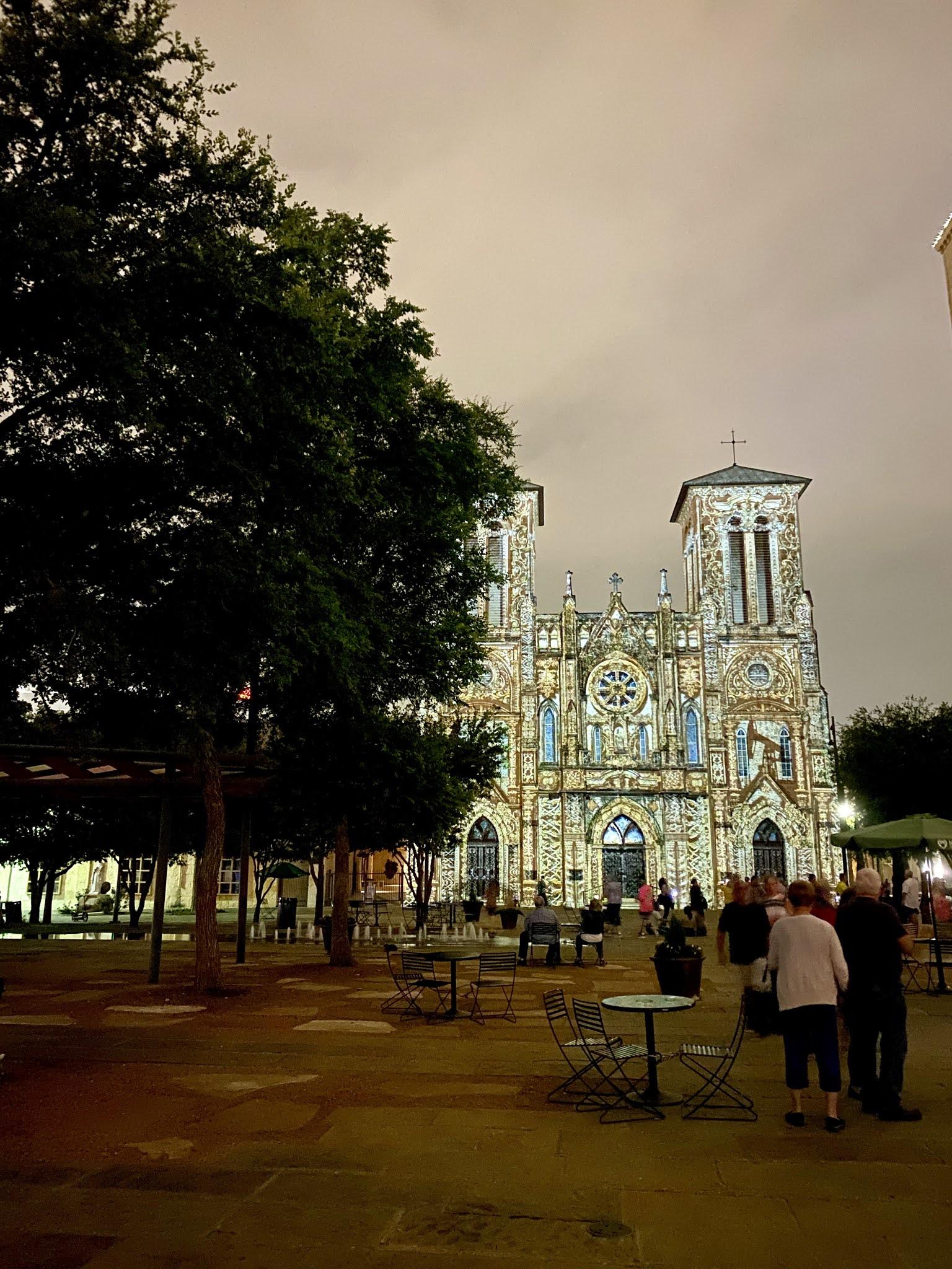 SAGA Light Show in San Antonio | www.biblio-style.com