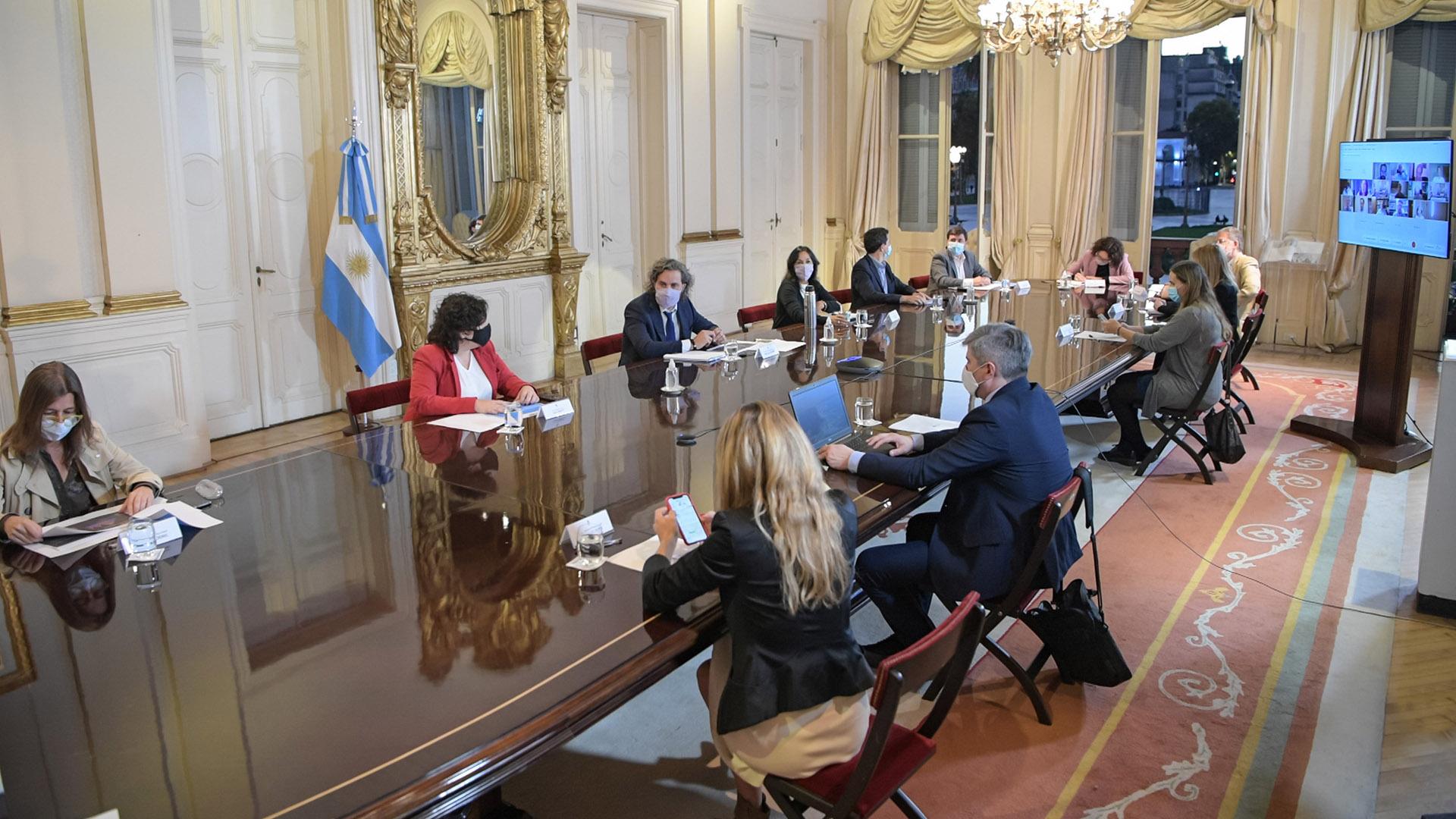 """Coronavirus en Argentina: Un infectólogo que participó de la reunión con el Gobierno sugirió """"suspender todo desde las 18″"""