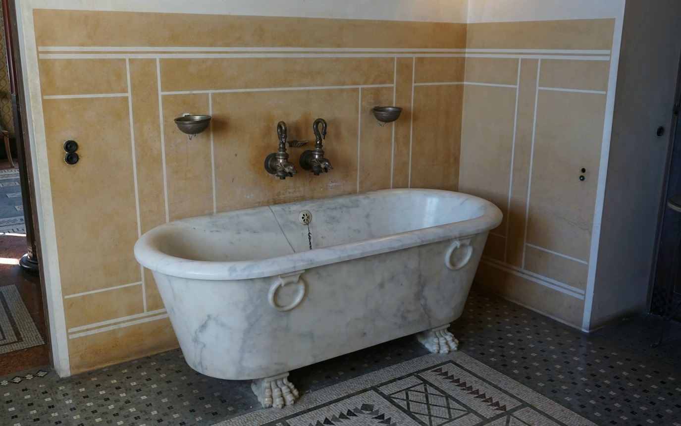 Marble bathtub in Villa Kerylos