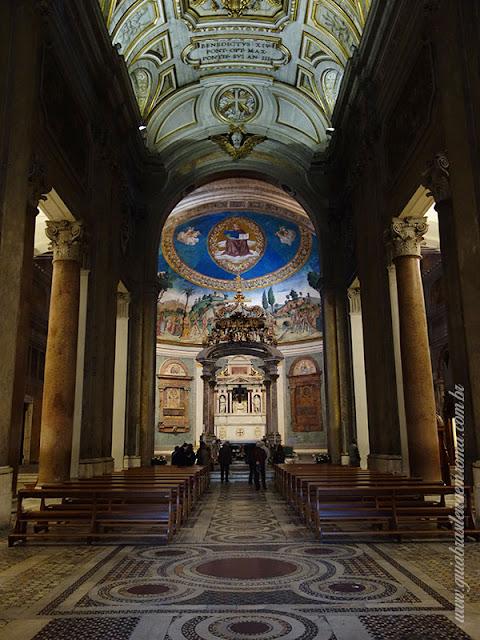 santa cruz jerusalem nave central guia portugues roma - A basílica de Santa Cruz em Jerusalém