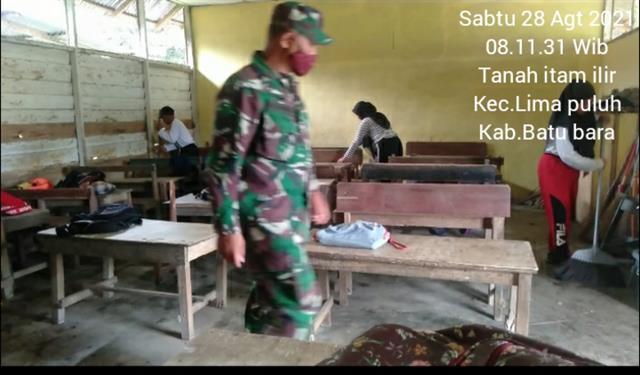 Bersama Dengan Siswa-siswi Laksanakan Gotong-royong Bersihkan Ruangan Kelas Sekolah Personel Jajaran Kodim 0208/Asahan