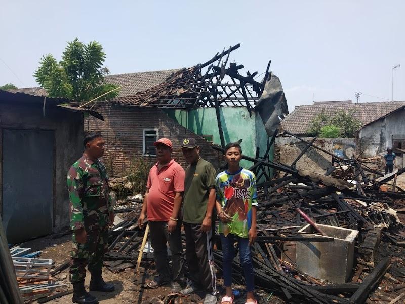 Babinsa Koramil Koramil 0819/20 Gempol Bantu Padamkan Kebakaran Rumah Warga