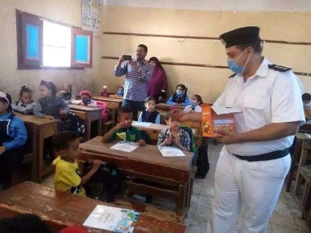الشرطة توزع شيكولاتة على التلاميذ