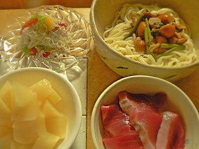 夕食の献立 冷山菜蕎麦 ミニ丼 しらすとカラーピーマン 沢庵べったら漬け