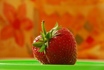 whiten your teeth at home with strawberries